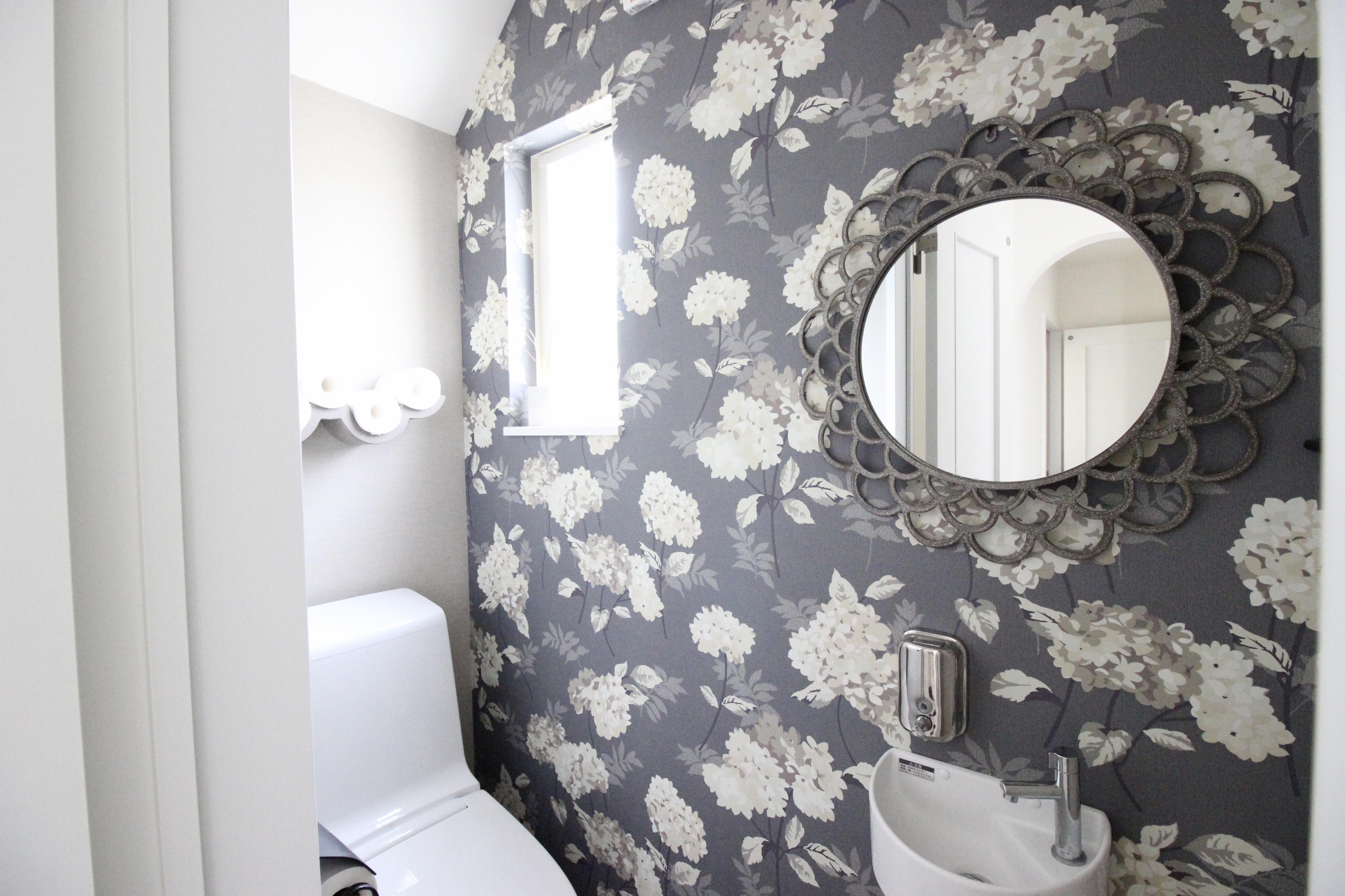 トイレの鏡の大きさで視覚的効果が抜群!インテリアにもおすすめ*